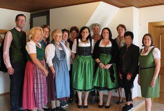 Auch Bgm. Georg Preßler und Bezirksleiterin Angela Steiner gratulierten Martina Holzmann (4. v. r.) zur Wahl.
