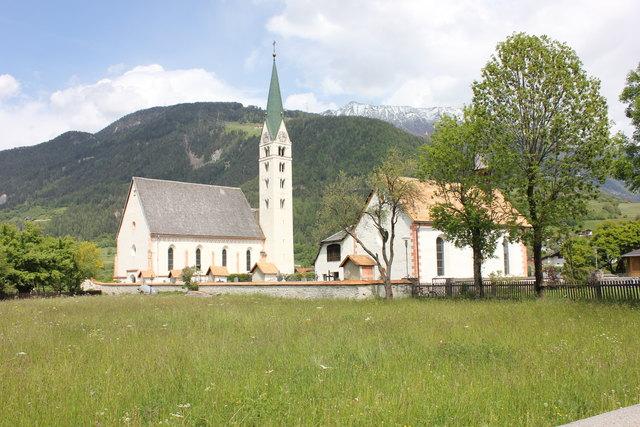 Vikar Martin Chukwu wechselt von Prutz –im Bild die Pfarrkirche – nach Absam.