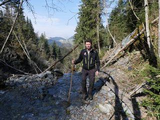 2.500 Begehungen von Wildbächen zum vorbeugenden Schutz vor Naturgefahren – hier am Stampfangerbach in Söll - machen Tirols Gemeindewaldaufseher jährlich.