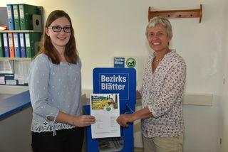Den Gutschein für vier Tage Wanderurlaub erhielt Katharina Jandrisits (links) von der Güssinger Bezirksblatt-Geschäftsstellenleiterin Daniela Hummel.