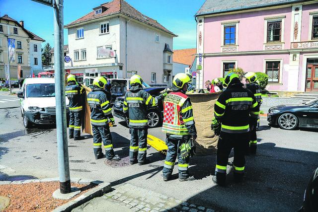 Die Feuerwehren arbeiten derzeit mit Decken als Sichtschutz. Foto: FF/Zeiler