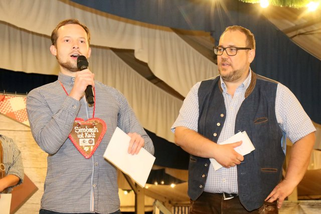 Moderiert wurde die Veranstaltung von Kabarettist Wolfgang Berger (re.), der auch Buchmayr (li.) den Siegerpreis überreichte.