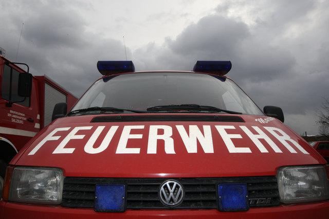 Feature Feuerwehr, Feuerwehrauto, dunkle Wolken, Einsatz, Unwetter,  Freiwillige Feuerwehr, BlaulichtHelfer, Einsatzorganisationen, EhrenamtFoto: Franz Neumayr   11.2.2009