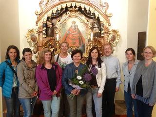 Ein Herz für Kinder: Pfarrer Hans Lagler (3.v.r.) bedankte sich bei Rosi Osanger (M.) für die Gestaltung kindgerechter Gottesdienste.