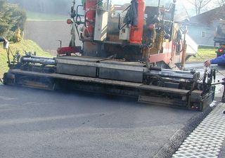 Die Sanierung der Asphaltdecke in Rohr bei Hartberg wird mit einem Fertiger erfolgen.