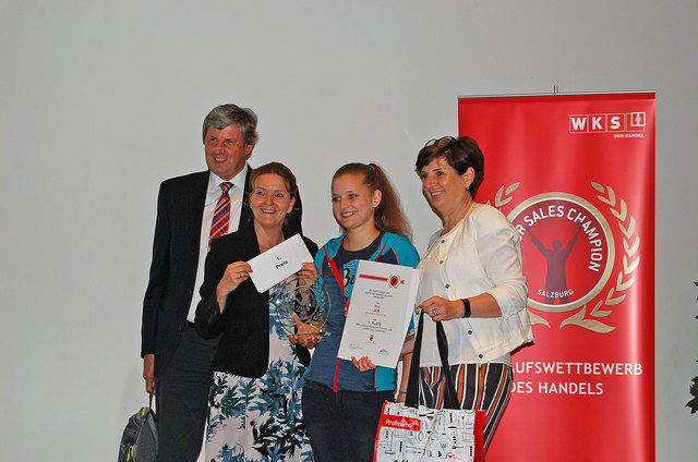 "Nina Job (2. v. re.) ist Salzburgs ""Junior Sales Champion""."