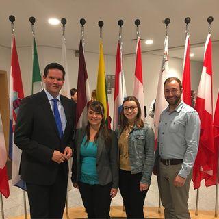 Zu Besuch im Europäischen Parlament: Katrin Teufel, Nicole Aigner und Daniel Aigner unterhielten sich mit Lukas Mandl (l.).