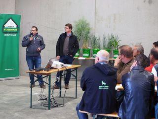 Die Feldbegehung 2018 des Lagerhauses Absdorf-Ziersdorf wurde kurzerhand in eine Lagerhalle verlegt, wo Landwirte und Lagerhaus-Experten anhand von Feldmustern den aktuellen Vegetationsstand begutachten und diskutierten.