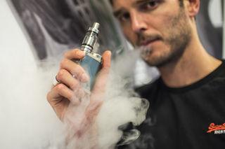 Wie sicher sind die Akkus der E-Zigaretten? Besonders in den USA häufen sich die Fälle der Explosionen.