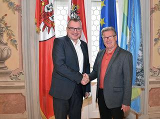 Freuen sich auf gute Zusammenarbeit: Der für Traditionskultur zuständige LR Johannes Tratter und Franz Hitzl, Sprecher der Traditionsverbände.