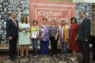 Das Team des Betreuerinnen-Cafés Leonstein mit Landeshauptmann Thomas Stelzer (li.), Sozial-Landesrätin Birgit Gerstorfer (2.v.re.) und Bischof Manfred Scheuer (re.).