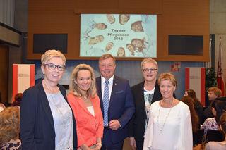 Pflegelandesrat Bernhard Tilg eröffnete mit ÖGKV-Landesvorsitzender Maria Grander (2.v.re.), Univ.-Prof. Christa Them (UMIT, li.), Dr. Waltraud Buchberger (AZW, fhg, 2.v.li.) und Priv.-Doz. Eva Schulc (UMIT, re.) den Tag der Pflegenden im Landhaus in Innsbruck.