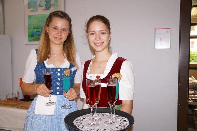 Daniela und Theresa servieren den ankommenden Gästen einen Drink.