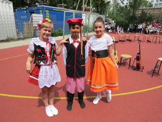 Auf Schule als Ort der Begegnung weisen die Kinder der 4b mit ihren internationalen Tänzen hin.