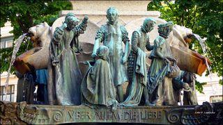 Eine Seite des Karl-Borromäus-Brunnens. Der Brunnen ist ein Gemeinschaftswerk des Bildhauers Josef Engelhart und des Architekten Jože Plečnik (lt. Wikipedia)