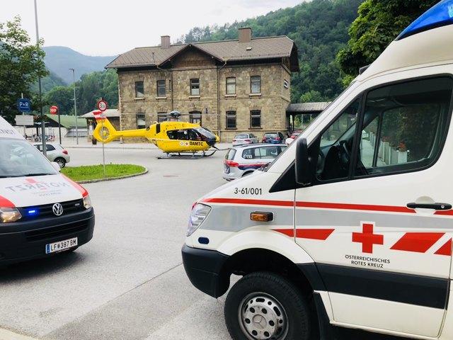 Vor dem Lilienfelder Bahnhof landete der Rettungshubschrauber.