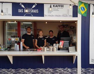 """Das Team von """"Das Bootshaus"""" bietet derzeit Getränke und Speisen auf der hauseigenen Wasserterrasse an."""
