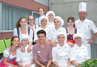 HLW Schülerinnen und Schüler mit Koch Robert Klima nach der Prüfung