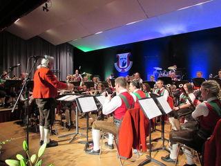 Hermann Delago mit seinen Musikanten der Stadtmusik Landeck-Perjen.