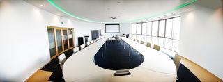 """Das """"Oval Office"""" ist nicht nur das Büro des US-Präsidenten im Weißen Haus, sondern auch der größte Besprechungsraum bei HENNLICH. Beide Räume haben exakt identische Abmessungen."""