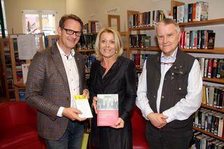 """""""Hartberg denkt!"""": Univ.-Prof. Anton Pelinka (r.) mit Rita Schreiner und Bgm. Marcus Martschitsch."""