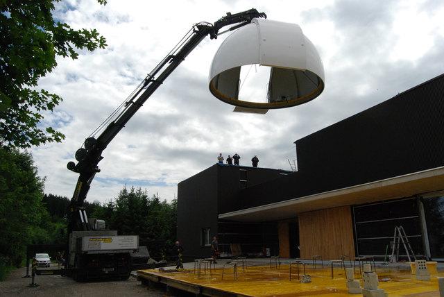 6 Meter im Durchmesser und 3,5 Tonnen wiegt die Kuppel der VEGA-Sternenwarte
