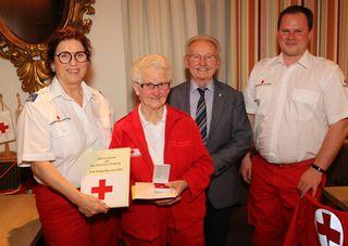 Kopfings Ortsstellenleiterin Helga Berger mit Cäcilia Grömer, Bezirkssekretär Otto Duscher und dem Dienstführenden Thomas Wallner.