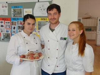 In der Schulküche der PTS Leibnitz werkten eifrig (v.l.) Leonie Lanzl, Gregor Birkner und Julia Schornegg.
