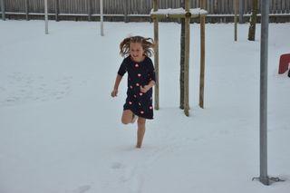 Ein echtes Erlebnis für die Kinder: barfuß durch den Schnee laufen!