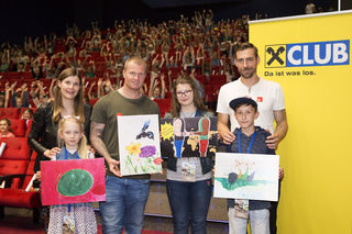 Christina Eder (Raiffeisen Club) und die FC Wacker-Stars Christopher Knett, und Harald Pichler gratulierten den Siegern zu ihren einfallsreichen Zeichnungen, darunter die beste Österreichs von Sebastian Schindlholzer (r.).