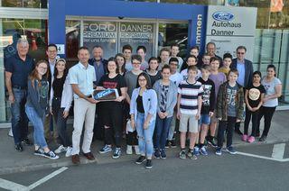 Die Schüler bei der Abschlussfeier bei Ford Danner.