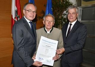Ehrung für die Messstellenbeobachter: Ernst Zettl aus Göstling an der Ybbs (M.) wurde von Landeshauptfrau-Stellvertreter Stephan Pernkopf und dem Präsidenten der Umweltschutzverbände, Anton Kasser, ausgezeichnet.