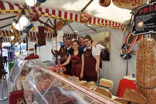 Meterlanges Brot, Würstel und Speck: Die Auswahl am Simmeringer Straßenfest kann sich sehen lassen.