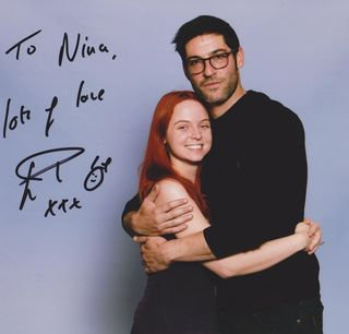 """Im Arm gehalten von """"Lucifer"""": Nina war begeistert, wie humorvoll der Schauspieler Tom Ellis, der zur Magic Con kam, um seine Fans zu treffen, in Wirklichkeit ist."""