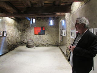 Karl Gitterle mit seinen Werken in den Kellerräumen des Weißen Kreuzes.