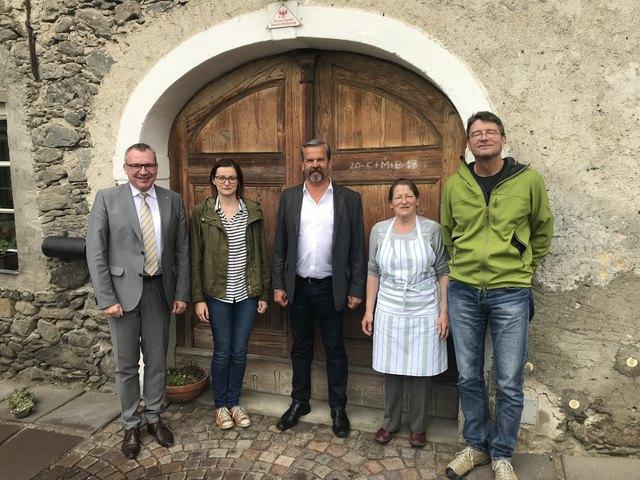 LR Johannes Tratter, Elisabeth Hainzer, Bürgermeister Martin Huber, Paula Hainzer und Baumeister Peter Mayer (v.l.).