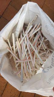 Von einer Strandsäuberung in Sydney: Auf 10m gefunden   Über 100 McDonalds Plastikstrohhalme