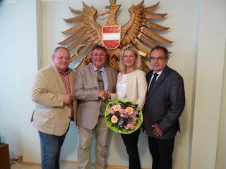 """""""Shake hands"""" für Doris Kellner  mit dem scheidenden Bgm. Alfred Ertl, SPÖ-Obmann Michael Turetschek und Vizebgm. Johann Kreutzer (ÖVP)."""