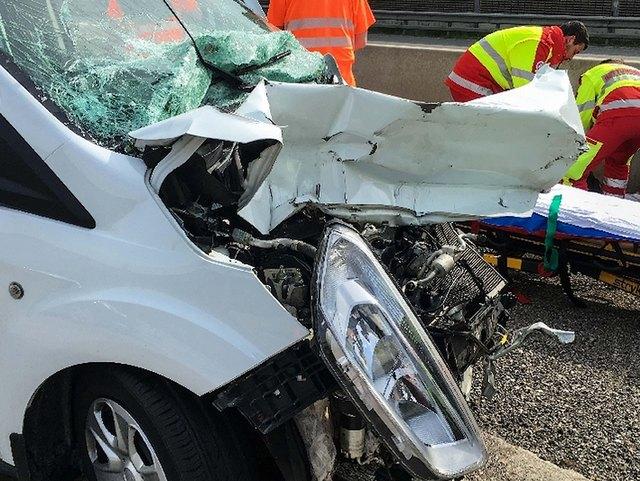 Die beiden Insassen erlitten nach dem Verkehrsunfall Verletzungen unbestimmten Grades.
