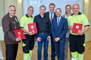 Dieter Jost von der Feuerwehr, Mario Hans, Martin Ensle, Klaus Schierhackl, Innenminister Herbert Kickl, Karin Zipperer und Markus Stadler.