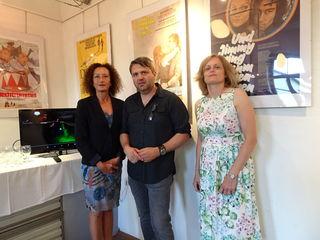 Konstanze Breitebner, Alexander Ganev und Petra Werkovits vor den Filmplakaten.