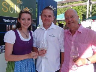 Weinhoheit Maria Jöbstl, Klaus Riegelnegg und Ton Goedmakers präsentierten mit den Mitgliedsbetrieben der ARGE Sernauberg Juwelen aus den Schatzkammern des Sernauberges.