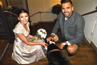 Vicky & Lukas – natürlich durfte auch Hund Lui bei der Trauung dabei sein.