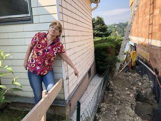 Lebt in ständiger Angst: Brigitta Bunzel befürchtet, dass ihr Haus zum Nachbarn abrutscht.