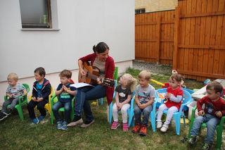 """Tagesmutter Petra Bauer hatte zum """"Tag der offen Tür"""" mit den Kindern ein Überraschungsprogramm vorbereitet."""