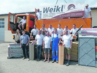 Das Team der Weikl GmbH: Ing. Stefan Ortner (im Bild 2. von links) hat die den Traditionsbetrieb für Zimmerei, Spenglerei und Dachdeckerei im Februar 2018 neu gegründet.