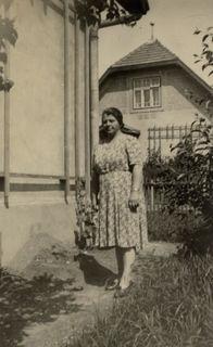 Fotocredits: Regina Courtier, 1943 Haus Ebendorferstraße 12/Roseggerstraße 34. Frau Josefa Biswanger. Foto aus dem persönlichen Familienarchiv.