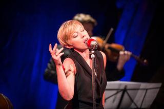 Vielseitig wie das Leben: Sängerin Evelyn Ruzicka gibt ihrer Karriere mit eigenen Songs einen neuen Schub.