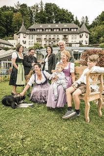 Familienbetrieb mit Lehrlingsausbildungsoffensive: Familie Ebner vor ihrem Waldhof in Fuschl.
