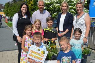 """Die Kinder der drei Bildungseinrichtungen freuen sich über die """"Bienentankstelle"""""""